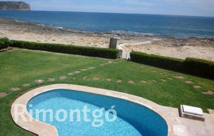 Privileged location seafront villa with a pool, in Montañar II, in Jávea, Alicante.