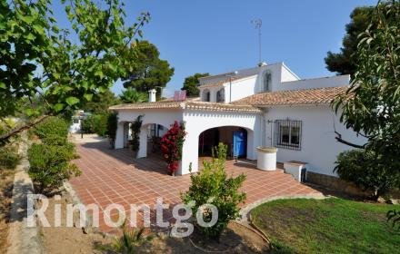 Villa with pool and tennis court for sale in Adsubia, Jávea.