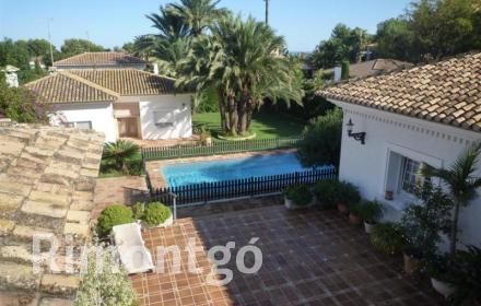 Traditional-style villa with swimming pool, located in the residential area of San Nicolás in Dénia, Alicante.