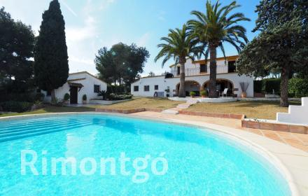 Charming villa with views and excellent outdoor areas in Javea.