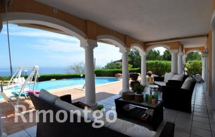 Beautiful property with a pool and sea views in Javea.