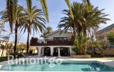 Stunning house in modern style, situated close to the beach in the area of Las Marinas de Denia, Alicante.