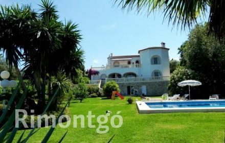 Villa in the exclusive residential area of Tosalet, Jávea with a large garden and swimming pool.