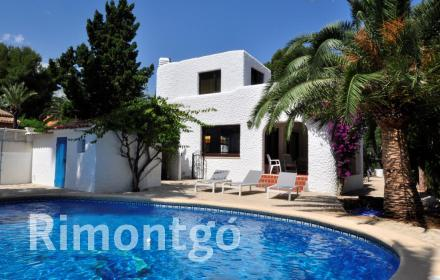 Charming villa surrounded by vegetation in Las Rotas in Dénia, Alicante, located just metres from the sea.