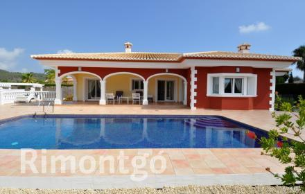 Beautiful villa on a totally flat plot, close to the beach and golf course in Jávea, Alicante.