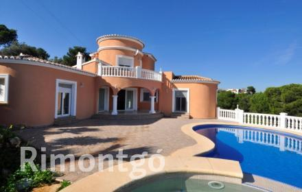 Mediterranean style villa on the Costa Blanca with exceptional panoramic views.