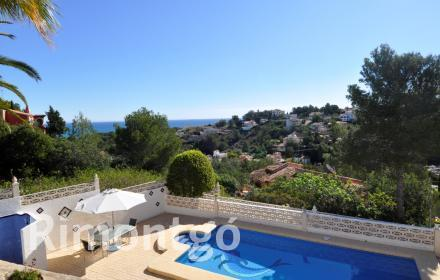 Villa in perfect condition with a swimming pool and sea views in Dénia.