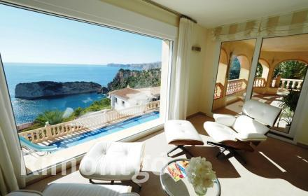 Detached villa with a swimming pool and impressive views in Ambolo, Javea.