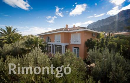 Exclusive villa with a unique design and a magnificent swimming pool in Dénia.
