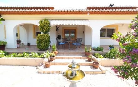 Villa enjoying abundant light and open views in an excellent residential complex in Jávea.