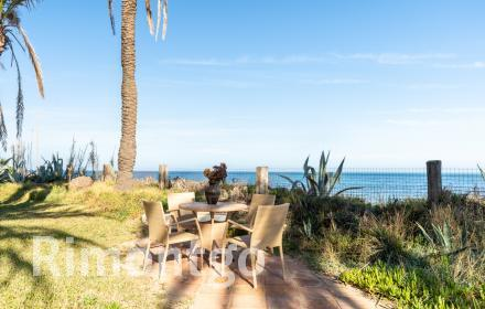Single storey villa with direct access to the beach and sea views in Denia.