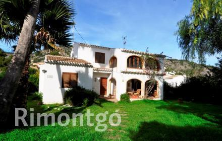 Villa with a naya and private garden near the centre of Javea.