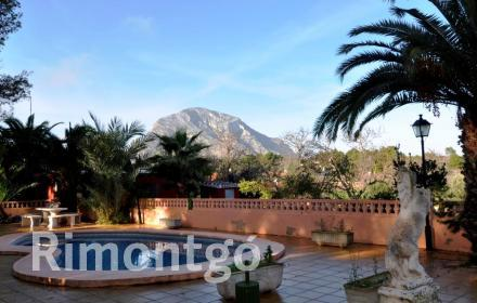 Charming house with a pool and views of Montgó in Javea.