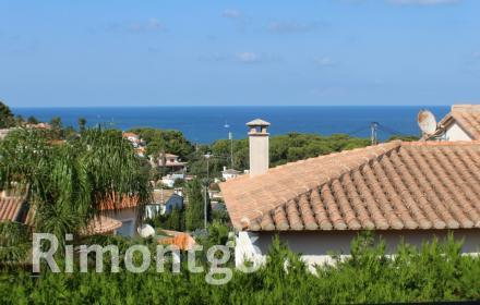 Villa with swimming pool and barbecue area for sale in La Florida, Dénia.