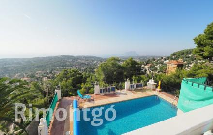 Classic-style house for sale in Teulada with views.