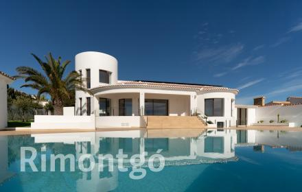 Modern villa with direct views of the sea for sale in Jávea.