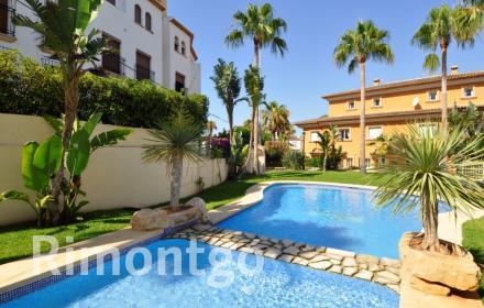 Semi-detached house with communal pool in Jávea for sale.