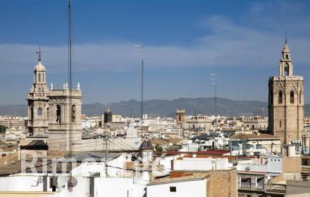 Fantastic and very lustrous penthouse on Calle Poeta Querol in Valencia.