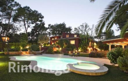 Very private and exclusive villa with a pool and beautiful gardens in the Santa Bárbara residential complex in Valencia.