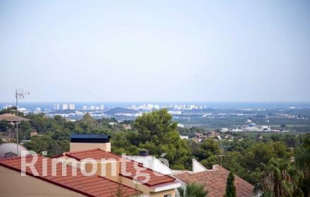 Modern villa in a residential area very close to Valencia.