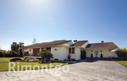 Elegant and spacious villa, situated in a wonderful residential area in L'Eliana, Valencia.