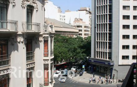 Spacious property to be refurbished, in the finance district of Valencia.