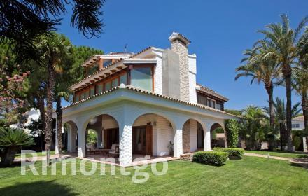 Exclusive villa with swimming pool and wonderful design in La Cañada.