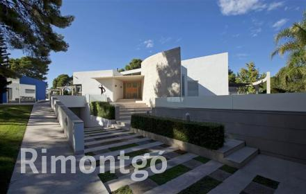 Modern villa with terrace and pool in Santa Apolonia, Valencia.