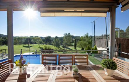 House opposite a golf course in the prestigious El Bosque residential complex in Chiva.