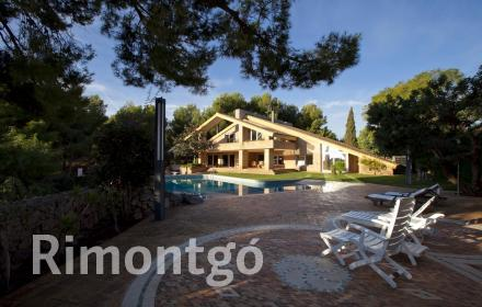 Large, luxury villa with a swimming pool and gym located in the Los Monasterios complex in Puzol, Valencia.