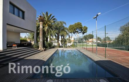 Exquisite villa with a pool and a tennis court in Calicanto.