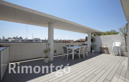 Modern penthouse apartment with a large terrace close to the City of Arts and Sciences in Valencia.