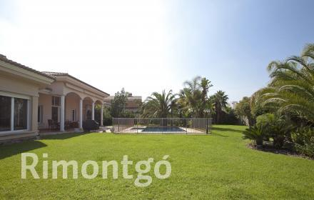 Classic style villa with a well-established garden and a swimming pool, in Torre en Conill, Bétera.