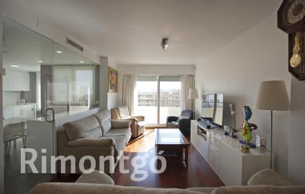 Fantastic duplex penthouse in an area with all types of services in Valencia.