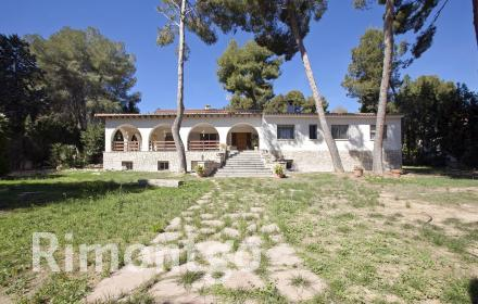 Villa with large covered terrace and with a vast amount of green spaces in El Bosque, Valencia.