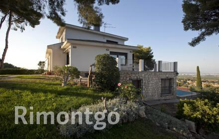 Villa with garden and pool for sale next to the golf in El Bosque, Chiva.