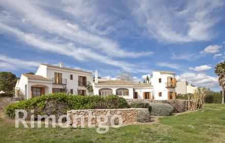 Mediterranean villa with a pool and views of the golf course in El Bosque, Valencia.