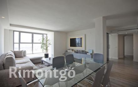 Apartment with communal swimming pool and gardens facing the City of Arts and Sciences in Valencia.