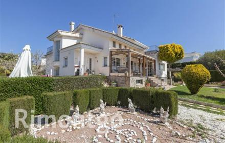 Villa with a garden and covered pool in El Bosque, Chiva.