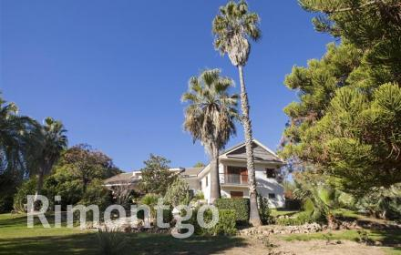 Villa with garden and pool in El Bosque Golf with a golf court in Chiva, Valencia.