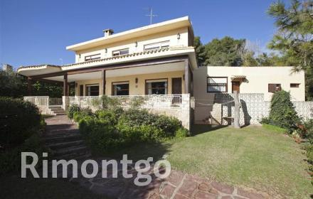 Classic villa with sea views, a garden, a pool and a tennis court in Rocafort, Valencia.