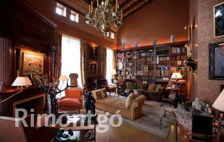 Magnificent mansion close to Plaza de la Virgen in Valencia, refurbished with high quality materials.