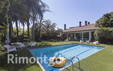 Villa for sale in an exclusive residential complex in Valencia.