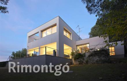 Modern villa with views of the El Bosque golf club, Valencia.