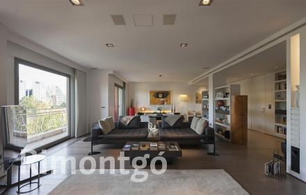 Modern flat with views in the centre of Valencia for sale.