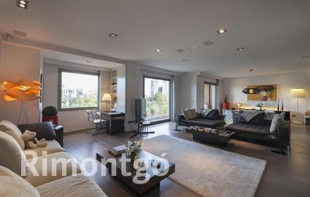 Modern penthouse with views in the centre of Valencia for sale.