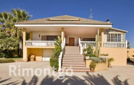 Impressive villa with a garden and private pool, just 15km from Valencia.
